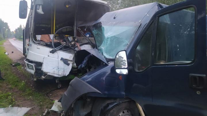 «Лобовое столкновение»: в Ярославской области автобус влетел в фургон