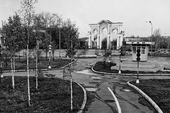 Внешний вид площади у Центральной арки за годы сильно изменился