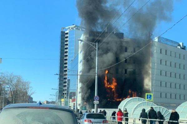 Пожар охватил фасад здания