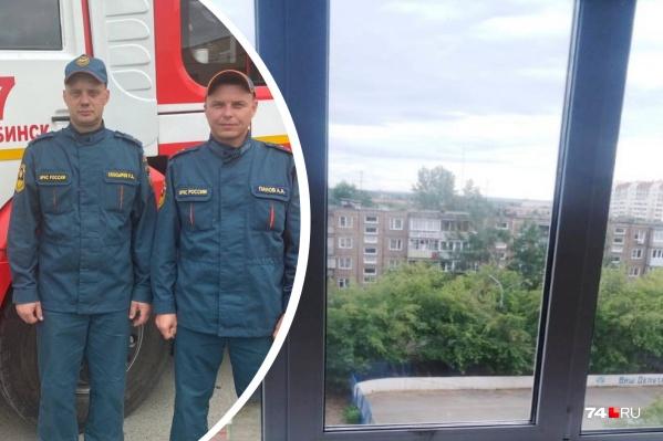 Алексей Панов (справа) поднял автолестницу к окну так, чтобы дети уже не выпали, а Роман Скосырев поднялся по ней наверх