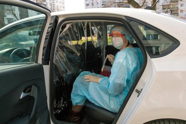 В помощь медикам направили 50 автомобилей такси