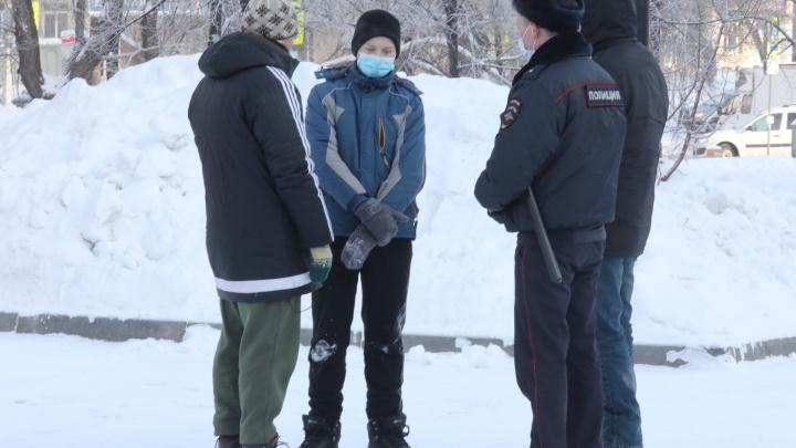 Полиция увела школьника с места, где начинается акция протеста. Он написал на снегу про Навального