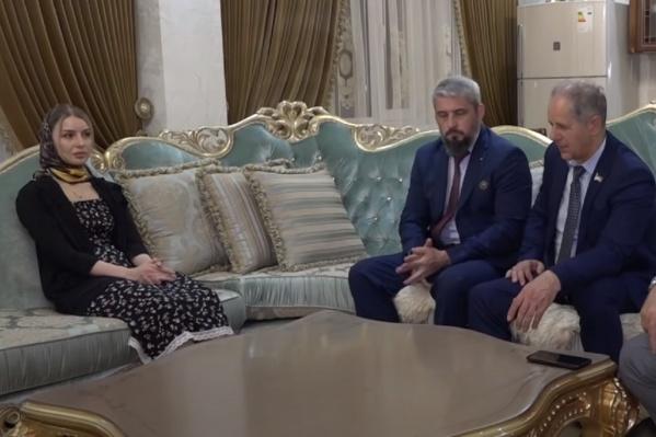 Чеченский телеканал «Грозный» снял расследование о похищении Халимат (слева). В нем пришли к выводу о том, что права девушки никто не ущемлял. Якобы она уехала из дома, попав под влияние психологов и правозащитников