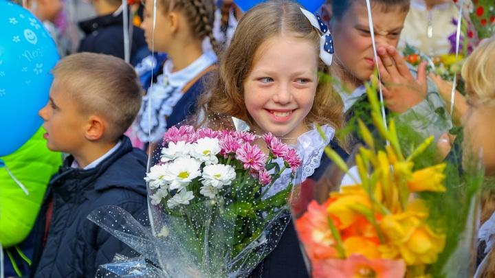«Дурацкая тенденция»: мама школьника — о новой моде к 1 Сентября дарить букеты из конфет