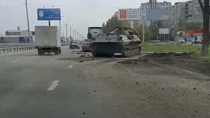 В Волгограде на Третьей Продольной потеряли бронетехнику: видео