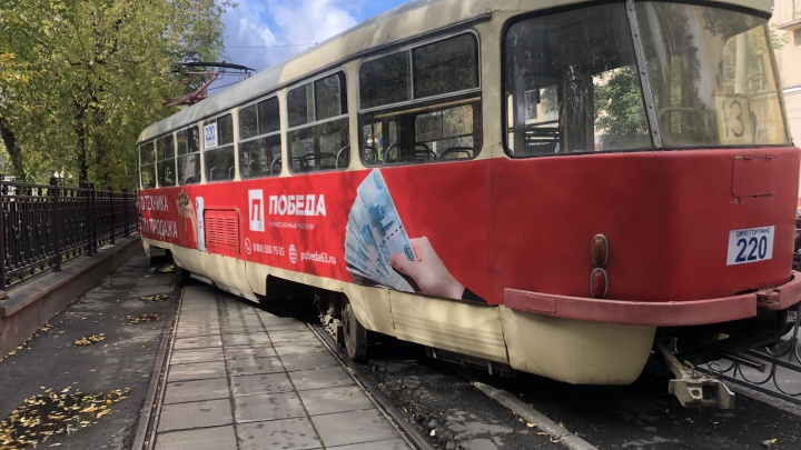 Стала известна причина, по которой трамвай вспахал асфальт и снес забор на проспекте Ленина