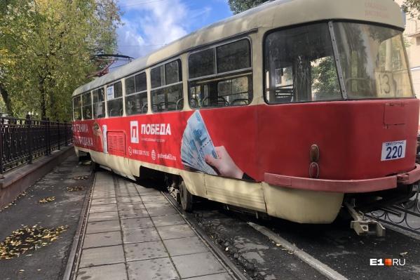 Трамвай со сломанным колесом проехал от одной остановки до другой