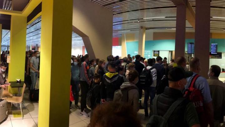 «Колоссальная пробка»: в Кольцово образовались огромные очереди из пассажиров