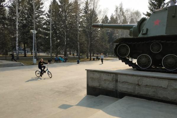 На Монументе Славы сейчас отдыхают дети и взрослые. Батутов нет