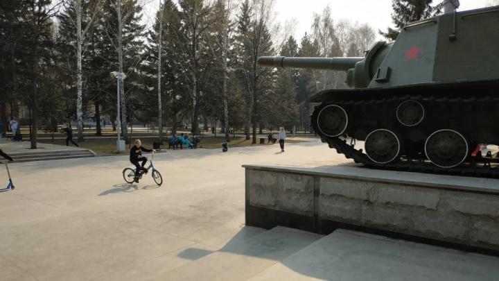 «Как можно допустить такой произвол?» Сибирячку возмутили платные батуты на Монументе Славы