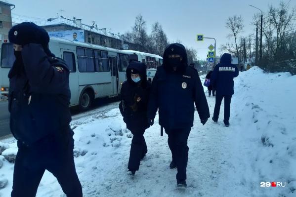 По подсчетам журналиста 29.RU, в автозаке полиции находится уже около шести человек