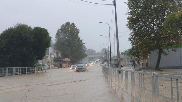 В Сочи из-за потопа ограничили движение в сторону Абхазии