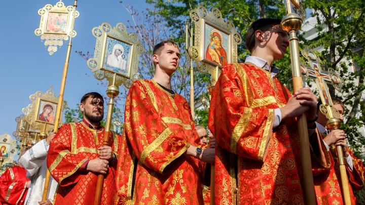 Это традиция царей: в Волгограде в ночь с 16 на 17 июля пройдет служба с белыми цветами и крестный ход