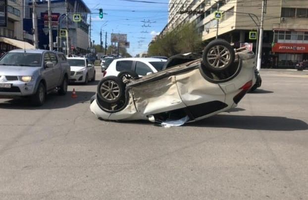 Пострадали только автомобили: в полиции рассказали подробности ДТП с переворотом в центре Волгограда