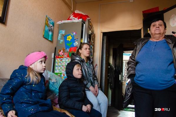 В этой семье пять детей. Их жилье огонь не тронул, но остаться тут невозможно: все промокло насквозь, электричества и отопления нет