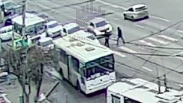 В Красноярске пьяные пешеходы побили водителя, помешавшего им перейти дорогу на красный. Видео