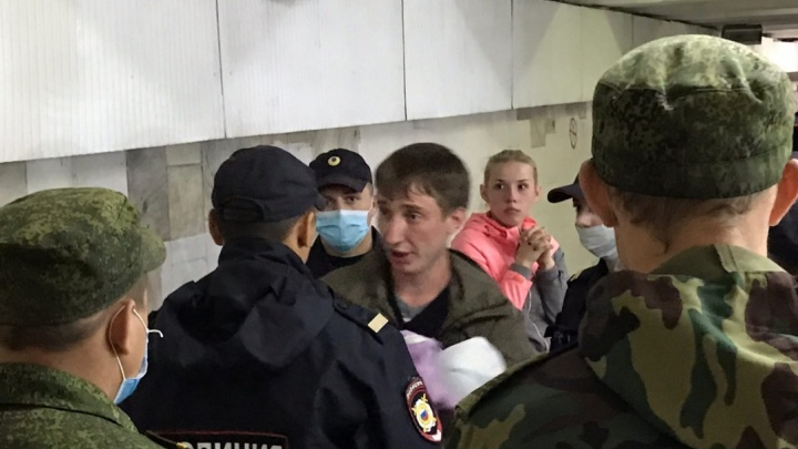 В центре города задержали мужчину с топором и ребенком