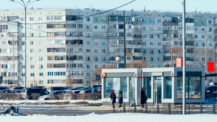 В Омске пункты пополнения проездных открылись в цветочных киосках