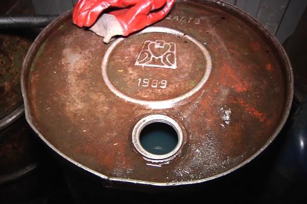 Такие бочки с топливом находились на заправке. Как выяснилось позже, горючее было низкого качества