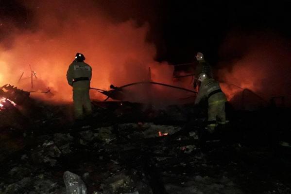 Огонь охватил 3-этажное здание