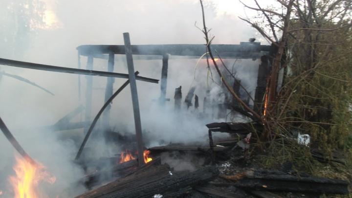 Ночью в Екатеринбурге сгорел жилой дом