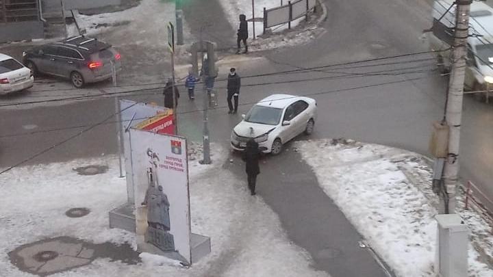 В Волгограде Lada c дагестанскими номерами протаранила столб и вылетела на тротуар