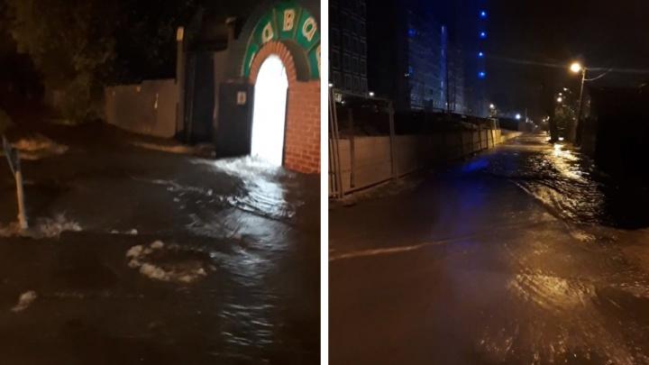 «Вода поднялась до полутора метров»: в Екатеринбурге затопило дома на Московской