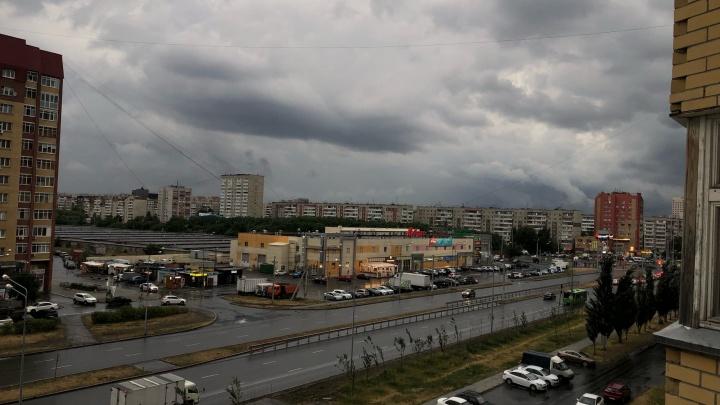 В Тюмень пришел долгожданный дождь. Рассматриваем мрачные кадры с тучками и грозой