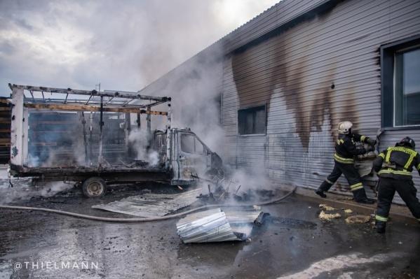Пламя перекинулось на соседнее здание, но ему не дали распространиться дальше