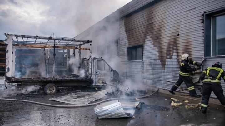 На окраине Архангельска сгорели два грузовика. Спасатели устанавливают причину пожара