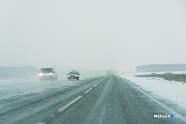 Видимость на автодорогах минимальная — лучше переждать непогоду дома