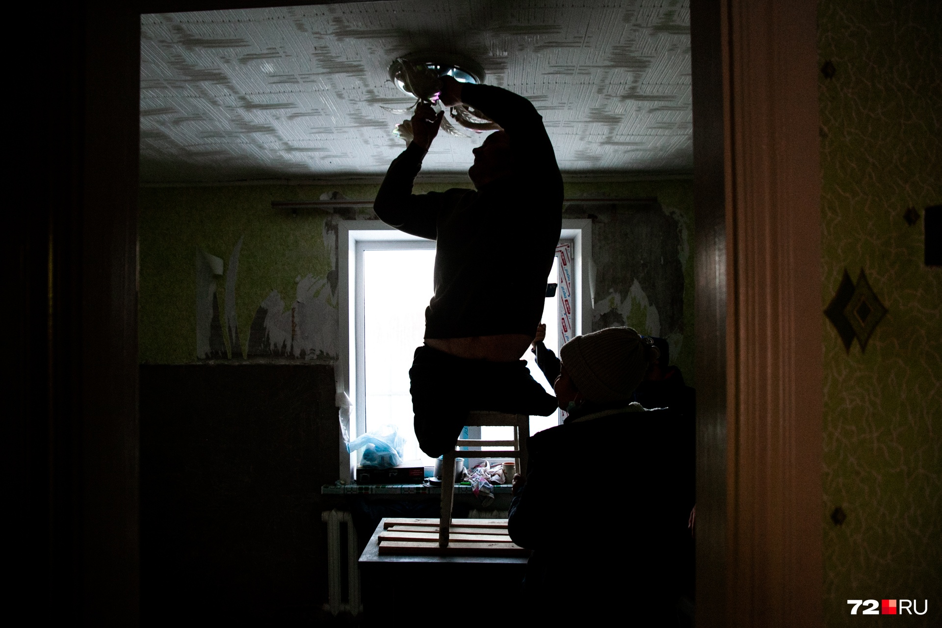 Павел Васькин сам всё делает по дому. И даже вкрутить лампочку без посторонней помощи ему несложно