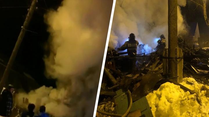 «Вся Сортировка в дыму, дышать в квартире нечем!»: в Екатеринбурге загорелся частный дом