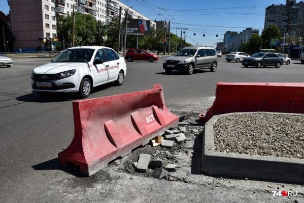 """Возобновить работы на Комсомольском проспекте (которые <a href=""""https://74.ru/text/transport/2021/06/11/69962501/"""" class=""""_ io-leave-page"""" target=""""_blank"""">на самом деле и не прекращались</a>) официально хотят уже завтра"""