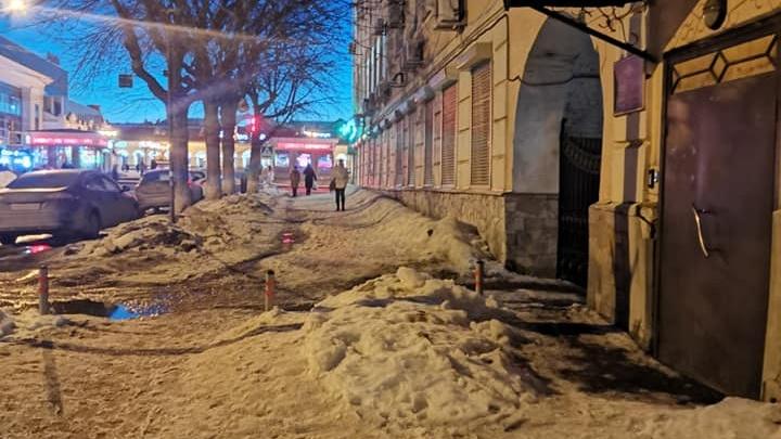 Уфимка о нечищенных дорогах в центре города: «сугробы с обочины никто не вывозит»