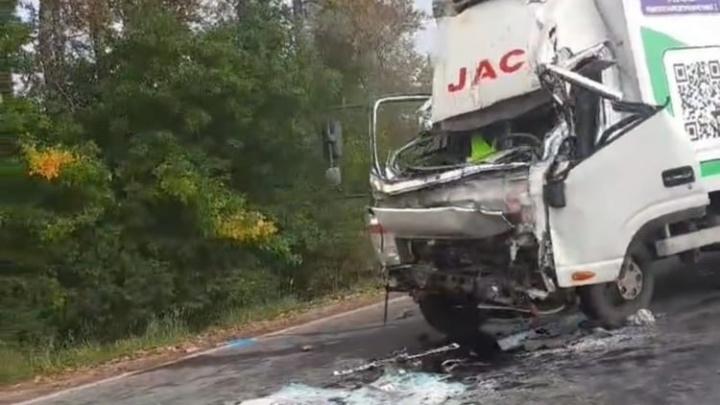 В Ярославской области китайский грузовик протаранил КАМАЗ