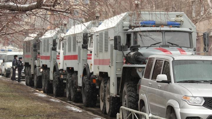 На площадь Ленина пригнали десятки автозаков— показываем, что сейчас происходит в центре города