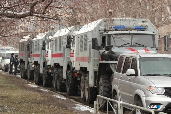 Горожане начали сообщать о полицейских, патрулирующих Новосибирск, во второй половине дня. А ближе к вечеру в центр пригнали автозаки