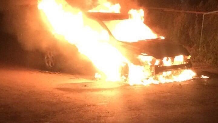 В Новокузнецке из-за студентов почти дотла сгорели два авто. Случайно
