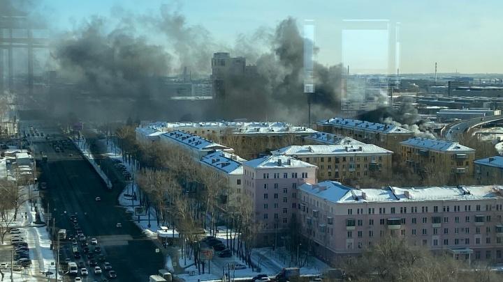 В центре Челябинска вспыхнул крупный пожар. Столб дыма виден с проспекта Ленина