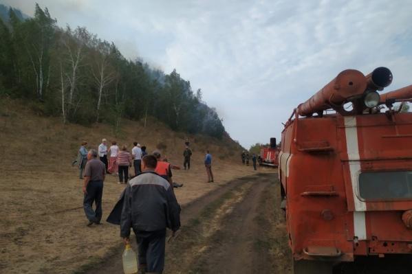 На место происшествия выехали пожарные и волонтеры