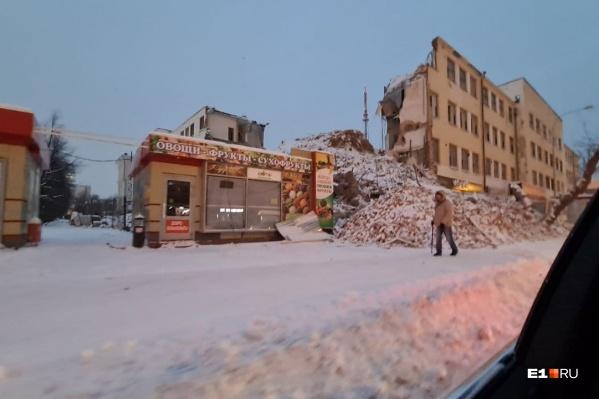 Кирпичи, оставшиеся от стен ПРОМЭКТа, уже убрали с дороги