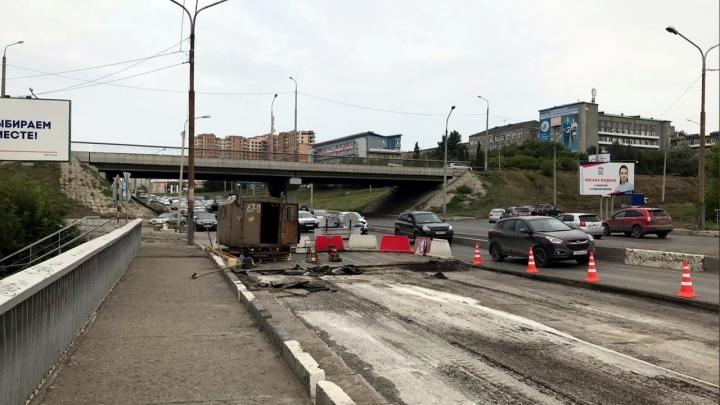В Омске из-за ремонта начали перекрывать Фрунзенский мост