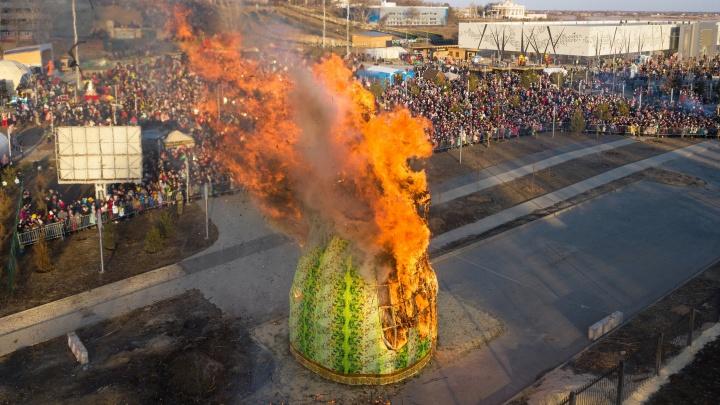 Сгорела за 10 минут: фотограф показал последние минуты жизни 12-метрового чучела в Волгограде