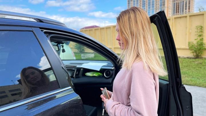 «Понадеялась на их совесть»: мать-одиночка хотела купить простую машину, но на нее обманом повесили огромный кредит
