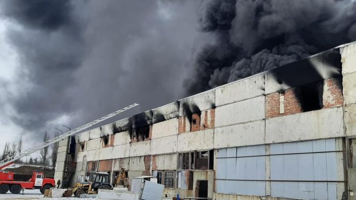Весь город в черном дыму: в Шахтах загорелся завод полимеров