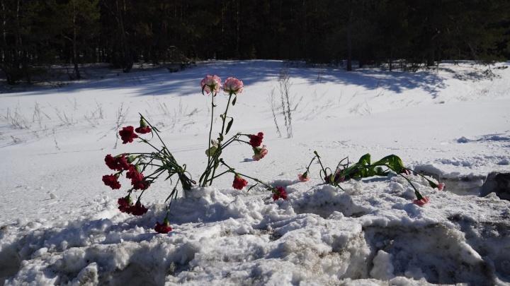 Родственники и знакомые устроили стихийный мемориал на месте, где погибли 7 человек