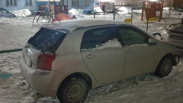 «99,9%, что это из-за надписи»: на Троллейной подожгли машину с наклейкой «Навальный» на стекле