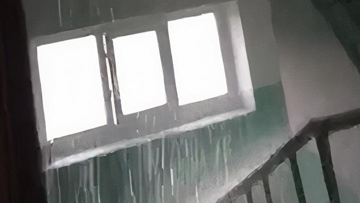 В Дзержинске дождевой водой затопило подъезд. Дырявую крышу починили немедленно