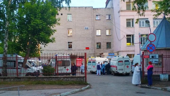 У новосибирской больницы снова выстроилась очередь из скорых — прибывающим машинам не хватает места